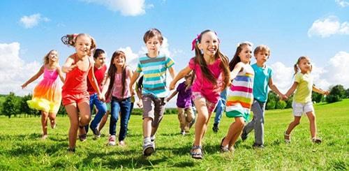 Изображение бегущих счастливых детей