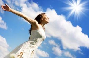 Девушка на фоне неба и солнца