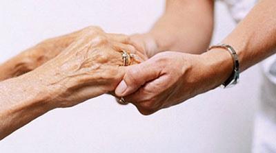 Изображение милосердия молодой женщины к пожилой