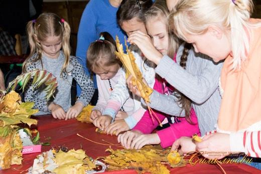 Розочка из листьев в детском клубе фотография