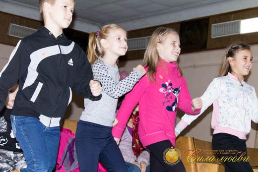 Танцы в детском клубе фотография