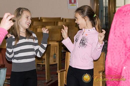 Знакомство деток на детском клубе в Киеве фотография девочек