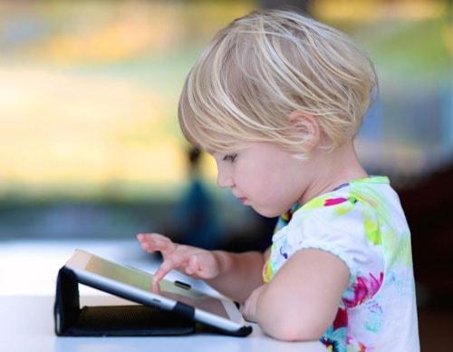 Современные дети заняты гаджетами изображение