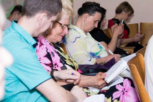 Люди на проповеди про качественную жизнь с Господом фото